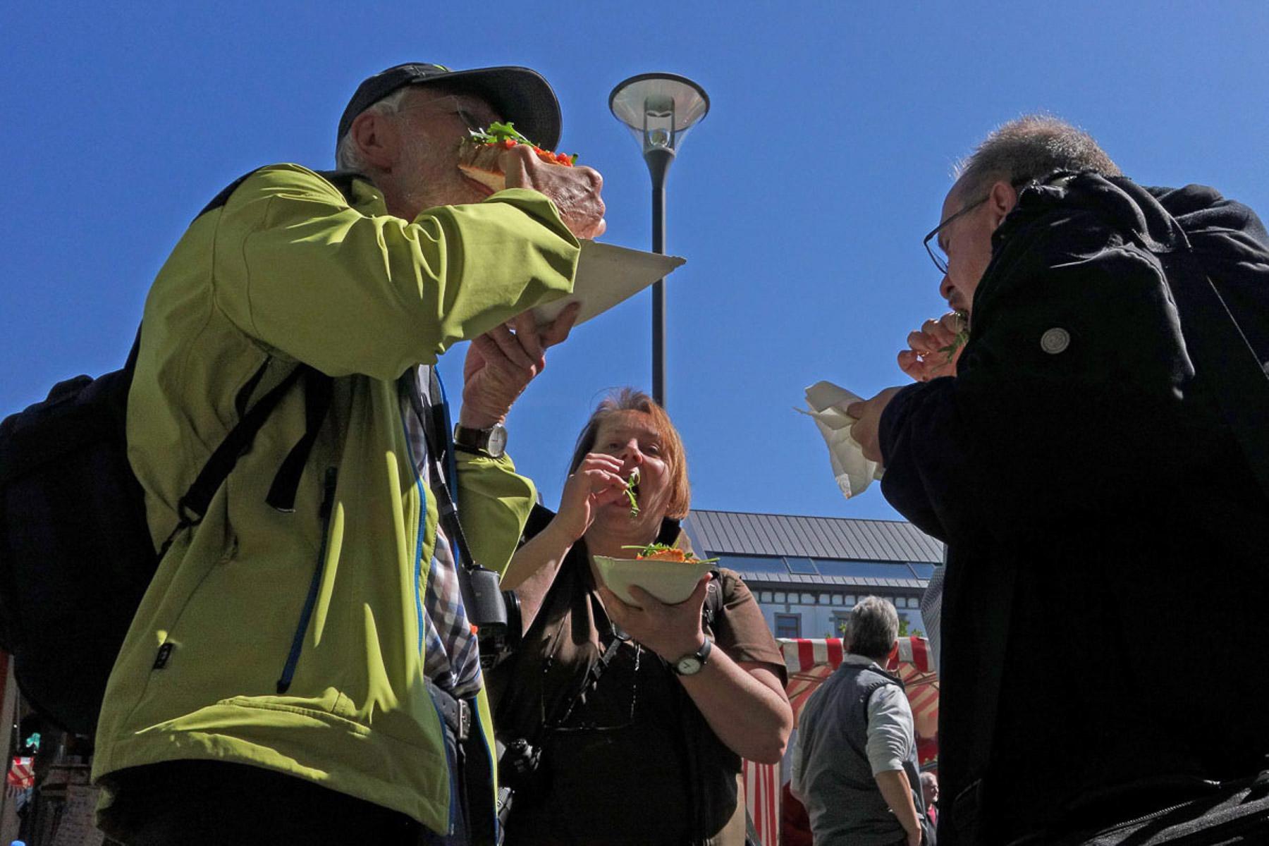 Mahlzeit! Frische Bruschetta für Rolf Braumann, Monika Seidel und Reiner Gruhle (Foto: Werner Otterbach)