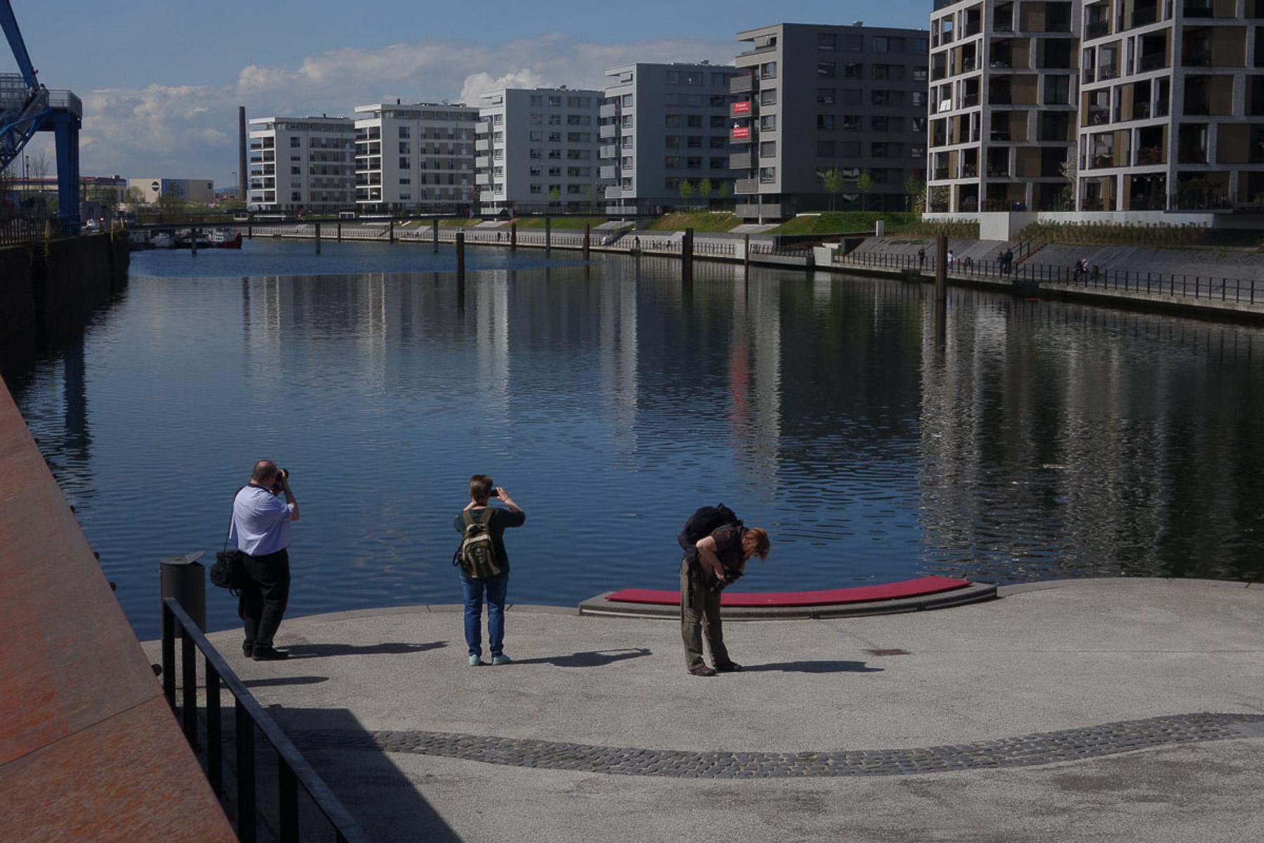 Fotografieren an der Hafenplatte (Foto: Werner Otterbach)